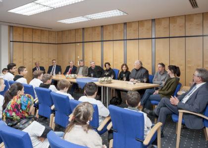 """Neuöttinger """"Fußball trifft Kultur""""-Kinder zu Gast im Rathaus"""
