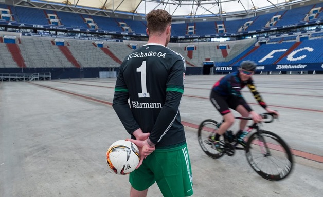 DFL Termin am 20.04.2016 auf Schalke in Gelsenkirchen (Nordrhein-Westfalen). Schalkes Torwart Ralf Fährmann trifft die Radrennfahrerin Mieke Kröger