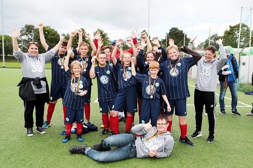 jubelnde Siegermannschaft bei den VfL-Vielfaltswochen