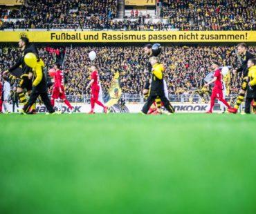 Ein Banner im SIGNAL IDUNA PARK © DFL DEUTSCHE FUSSBALL LIGA / Lukas Schulze