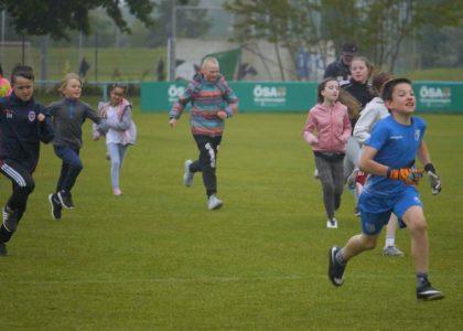 Kinder laufen mit DFL Stiftung fünf Mal um die Erde